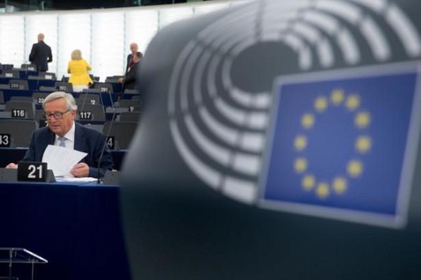 """""""UE jest zszokowana ofensywnym wykorzystaniem środka paralityczno-drgawkowego, jaki produkowała Rosja, po raz pierwszy na europejskiej ziemi od ponad 70 lat. Wykorzystanie broni chemicznej przez kogokolwiek jest kompletnie nieakceptowalne i tworzy zagrożenie bezpieczeństwa dla nas wszystkich"""" - zgodzili się ministrowie."""