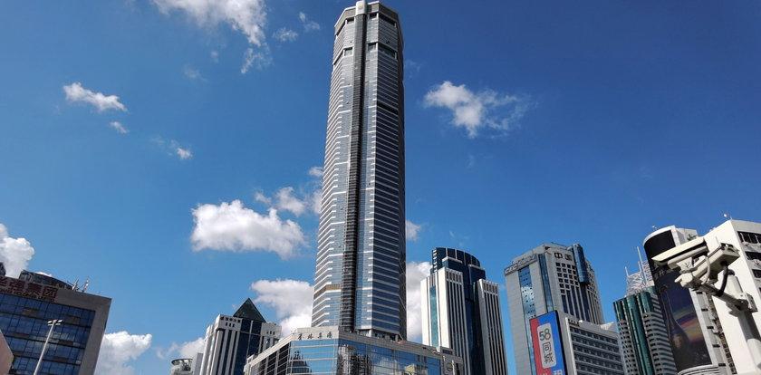 Chwiejący się wieżowiec w Chinach. Tysiące ludzi uciekają z zagrożonego budynku