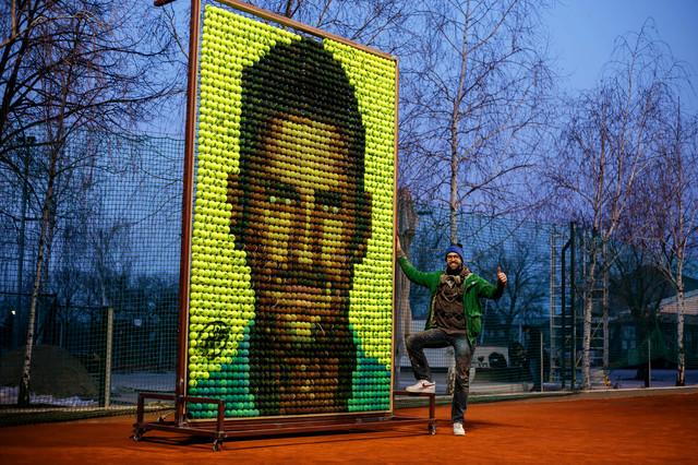 Andrej Josifovski ispred velikog portreta od loptica kojima je nacrtao lik Novaka Đokovića na Dorćolu