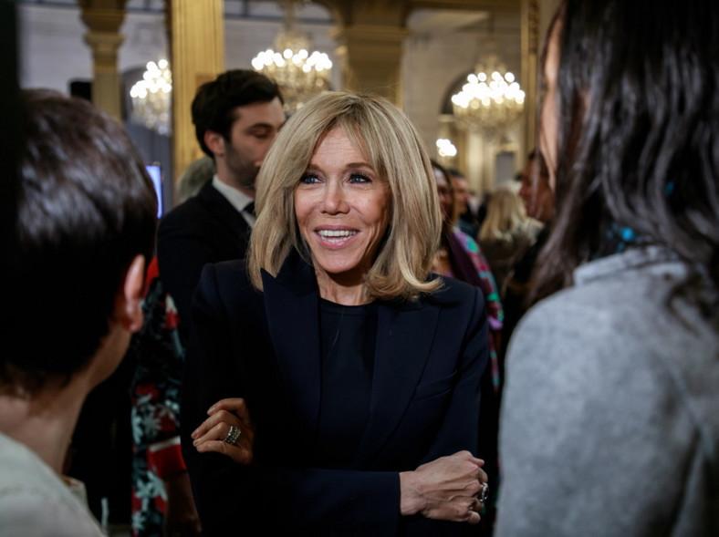 ... Pierwsza dama Francji postawiła tego wieczoru na black total look, czyli stylizację z dominującą czernią...