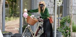 Wystrojona Olejnik na rowerze. Ma na sobie grube tysiące!