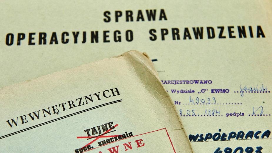 Na zdjęciu akta osobowe i operacyjne Służby Bezpieczeństwa w okresie PRL