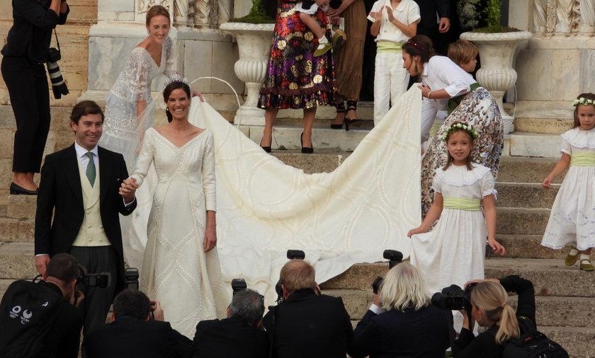 Spektakularny tren panny młodej był jednym z niezapomnianych elementów ceremonii.