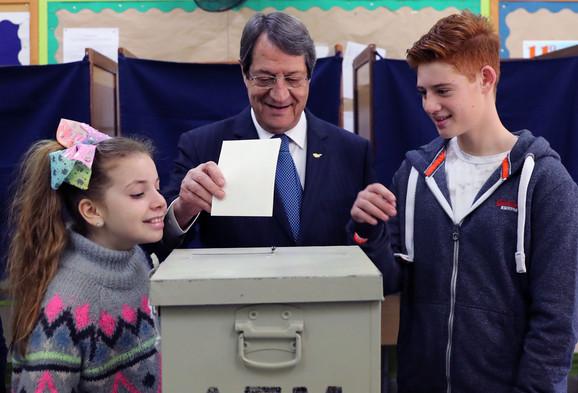 Nikos Anastasijadis glasa sa unucima u prvom krugu izbora 28. januara