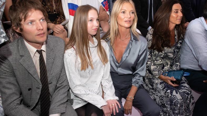 To trio oglądało pokaz nowej kolekcji męskiej Diora z pierwszego rzędu.