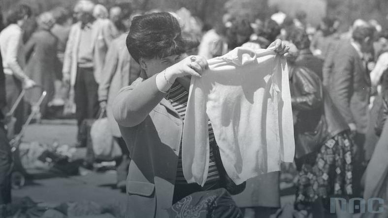 Handel naręczny ubraniami. Bazar przy ul. Paderewskiego w Rembertowie, rok 1982.