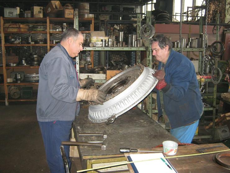 Krusevac01 radnici 14. oktobra na stolu za ispitivanje spojnica foto s.milenkovic