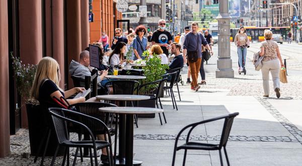 Ponownie otwarte wrocławskie ogórki kawiarniane i restauracyjne w związku ze zniesieniem restrykcji związanych z walką z pandemią COVID-19, 15.05.2021
