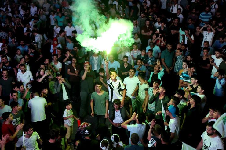 PREDSJEDNIK I RUKOVODSTVO STRANKE VEĆ ODAVNO U ZATVORU: Kurdi na ulicama Dijarbakira proslavili uspjeh HDP-a, treće partije po snazi u turskom parlamentu