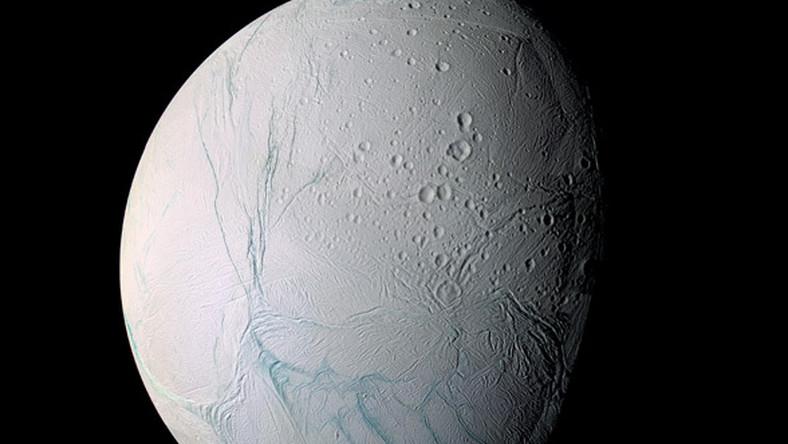 Na Enceladusie tryskają lodowe fontanny