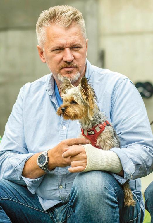 Grzegorz Chmielewski, jeden z założycieli Zakątka Weteranów, zajmującego się psami i końmi wycofanymi ze służby fot. Materiały prasowe