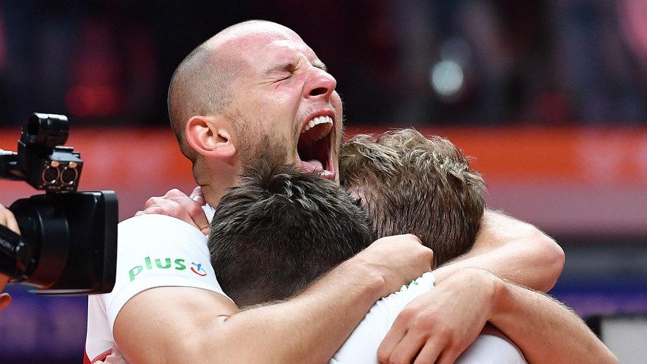 Bartosz Kurek cieszy się po wygraniu siatkarskich mistrzostw świata w 2018 roku