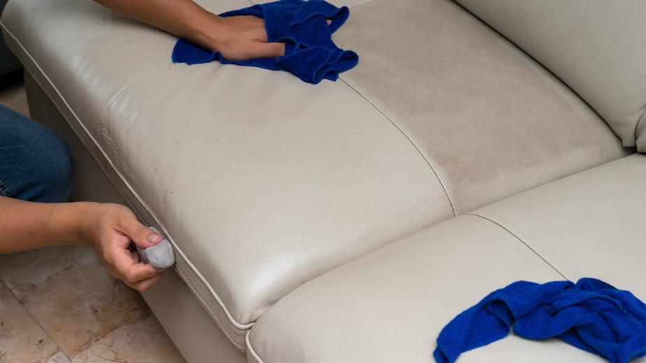 Skórzaną tapicerkę można wyczyścić przy pomocy gumki od ołówka -  Freer/stock.adobe.com