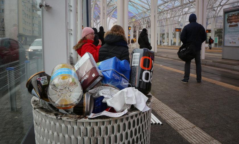Pełno śmieci na Przystanku Centrum