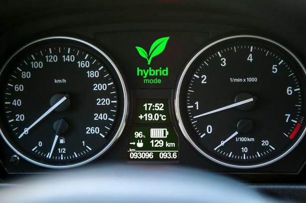 """Przedsiębiorcy stawiają na """"eco"""" Według danych Polskiego Związku Przemysłu Motoryzacyjnego przygotowanych na podstawie informacji Centralnej Ewidencji Pojazdów w 2016 roku, przedsiębiorcy zarejestrowali w Polsce 281 tys. samochodów. To o 21,9 proc. więcej niż przed rokiem, a udział klientów biznesowych sięgnął 67,7 proc. (wzrost o 2,5 proc.). Klienci instytucjonalni coraz częściej wybierają samochody ekologiczne, głównie hybrydy. W 2016 roku zarejestrowano 9 849 modeli z takim napędem – oznacza to wzrost tego segmentu o 76,4 proc. Które z najpopularniejszych w 2016 hatchbacków kupowanych przez firmy najmniej przyczynia się do powstawania smogu? W zestawieniu znalazły się modele hybrydowe i napędzane silnikami Diesla, które są najbardziej ekologiczne wg analityków Next Green Car."""
