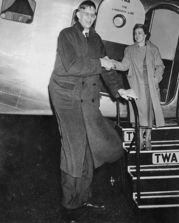 Robert pomaže stjuardesi da izađe iz aviona