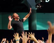 Tony Robbins proponuje rutynę dnia, miesiąca i roku, która ma pomagać odnosić sukcesy