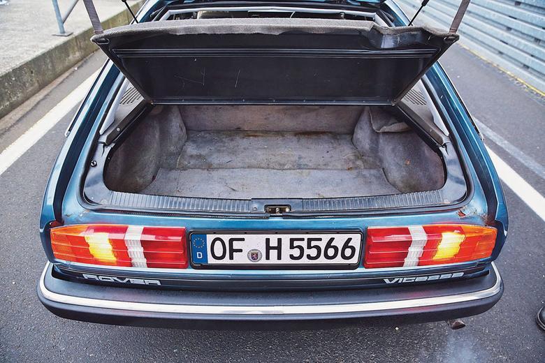 Klapa w górę! Pluszowa wykładzina bagażnika w Vitesse za sprawą nieszczelności często zamienia się w wilgotne środowisko dla pleśni.