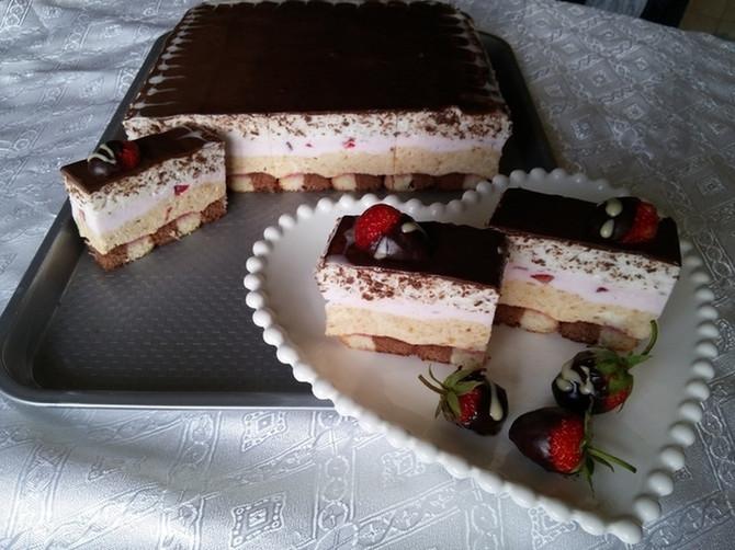 Sladoled torta sa čokoladom, jagodama i keksom: Rashladite se ovom SAVRŠENOM KOMBINACIJOM ukusa!