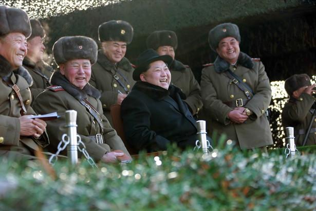 Kim Dzong Un w otoczeniu wojskowych