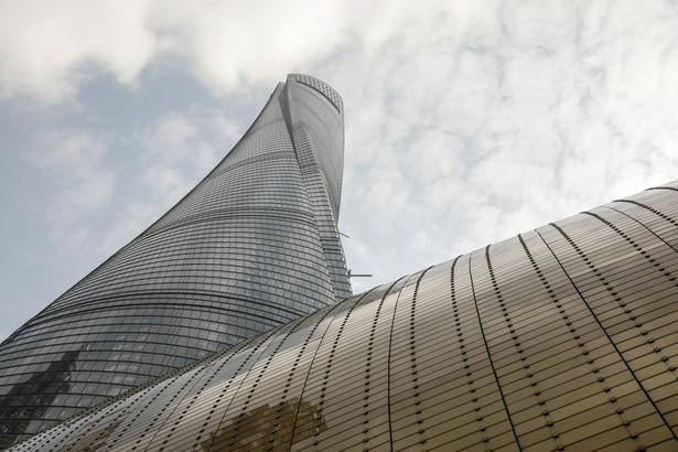 """Przestrzeń biurowa Shanghai Tower, najwyższy wieżowiec w Chinach i drugi co do wysokości budynek na świecie, zapełnia się bez większego szumu medialnego. Jak podaje Bloomberg, mimo, że jest to najdroższy wieżowiec w Chinach – warty 2,4 miliarda dolarów, posiada najszybszą windę i jedne z najbardziej zaawansowanych programów architektonicznych na świecie, to oddanie Shanghai Tower do użytku wcale nie jest celebrowane. Jak mówi Cheng Luo, rzeczniczka budynku: """"Nie planujemy uroczystości z okazji otwarcia, ponieważ byliśmy już narażeni na publiczną krytykę"""". Shanghai Tower liczy sobie 128 pięter. Swoje biura ma tu ponad 60 firm, a wśród nich grube ryby chińskiej finansjery, jak np. Ant Financial, kontrolowane przez założyciela Alibaba Group Holding Ltd., miliardera Jacka Ma."""