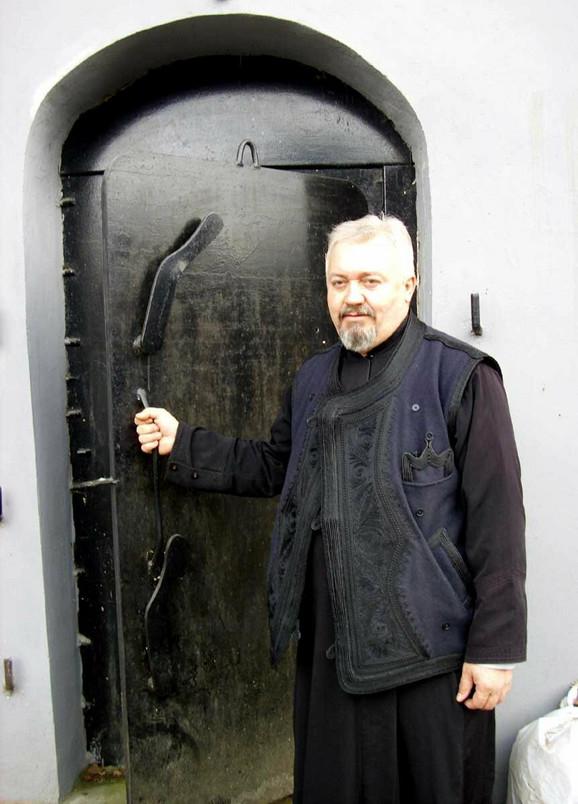Otac Mileta na ulazu u podzemni grad
