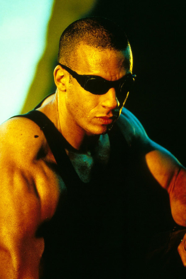 "Vin Diesel jako Richard B. Riddick w filmie ""Pitch Black"" (2000)"