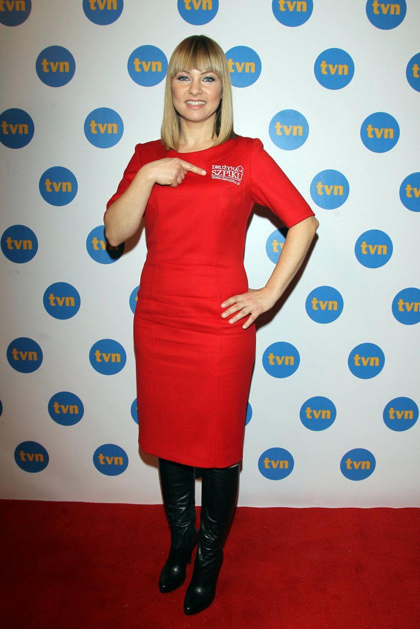 Katarzyna Bujakiewicz w czerwonej sukience na ściance