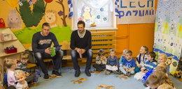Piłkarze czytają przedszkolakom
