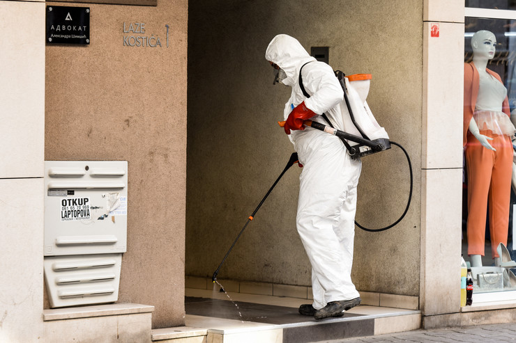 Novi Sad45 dezinfekcija ulaza i haustora zbog korona virusa foto Nenad Mihajlovic