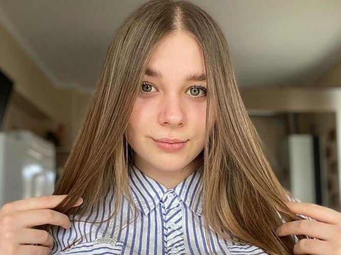 Kada Anastasija (18) skine košulju LJUDI SE ŠOKIRAJU prizorom NJENIH NESTVARNO VELIKIH GRUDI: Ne usteže se da ih pokaže, a od njih zarađuje malo bogatstvo