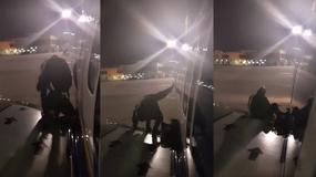 Zirytowany oczekiwaniem pasażer postanowił opuścić samolot przez wyjście awaryjne