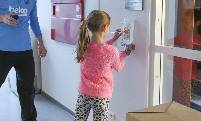 Został już tylko tydzień do rozpoczęcia szkół. Jak chronić dzieci przed zachorowaniem na koronawirusa? Co jest skuteczniejsze, noszenie maseczek czy wietrzenie pomieszczeń? Sprawdzili to naukowcy.