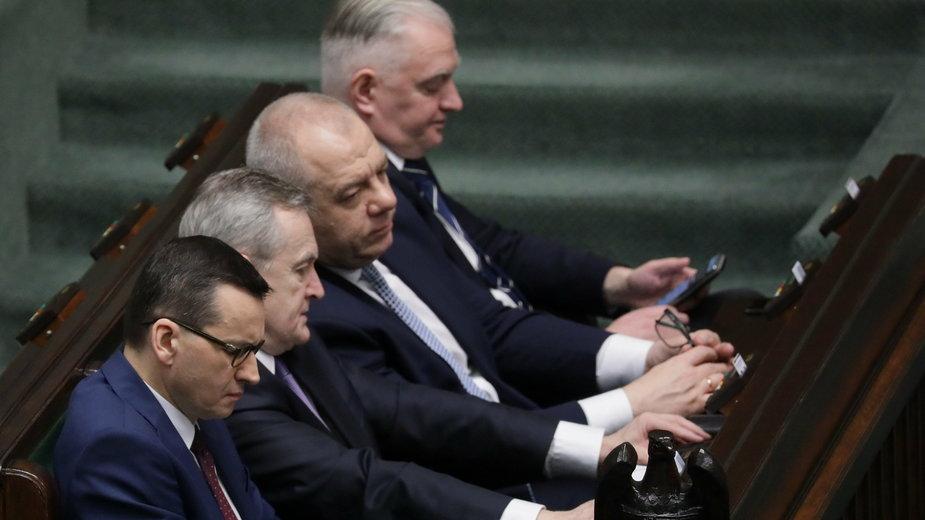Mateusz Morawiecki z członkami rządu w Sejmie
