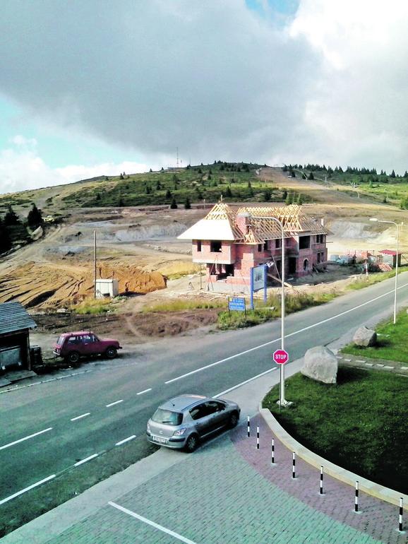 Jeličić potpisivao štetne izmene ugovora. Prema jednom, Opština je morala da plati priključke za Brusku kuću na Jarmu, koju sada pokušava da proda, ali niko neće da plati traženih 756.000 evra
