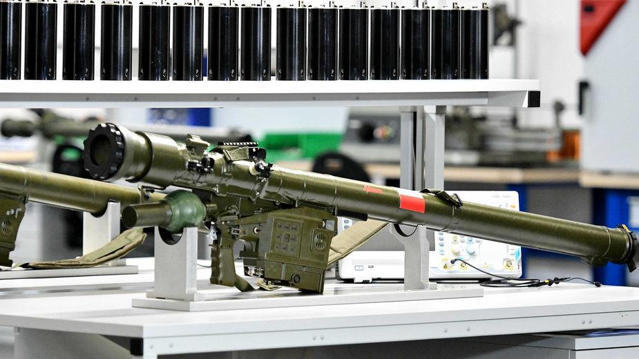 Przenośny przeciwlotniczy zestaw rakietowy GROM przeznaczony do zwalczania nisko lecących statków powietrznych, samolotów i śmigłowców na terenie przedsiębiorstwa Mesko S.A. w Skarżysku-Kamiennej.
