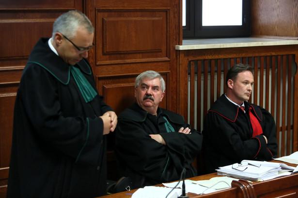 Pełnomocnicy oskarżyciela mec. Robert Marciniak i mec. Ryszard Lubas oraz prokurator Artur Terlecki na sali rozpraw