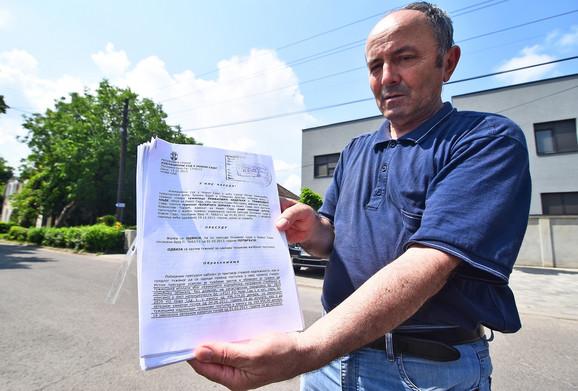 Nedeljko Trifković kaže da je u pravu i pokazuje sudsku presudu