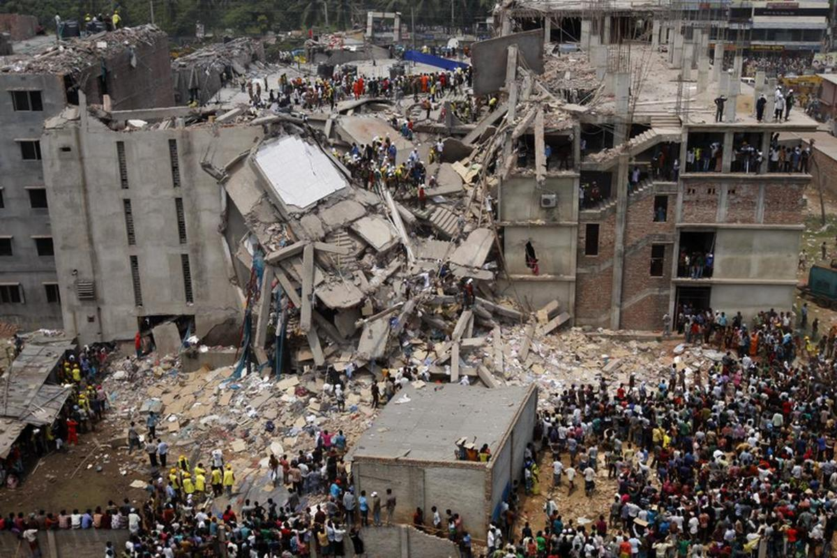 Zawalony budynek Rana Plaza w Dhace. W wyniku katastrofy budowlanej 24 kwietnia 2013 roku zginęło 1127 osób, a blisko 2,5 tys. zostało rannych