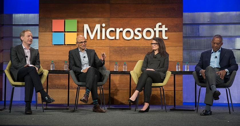 Drugi od lewej, CEO Microsoftu Satya Nadella