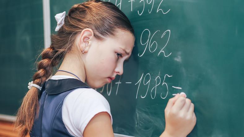 Dziewczynka przy tablicy w szkole