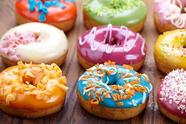 Wszystko to za sprawą ustawy o VAT, która przewiduje odmienne stawki podatku na pieczywo i wyroby ciastkarskie w zależności od daty ich przydatności do spożycia.
