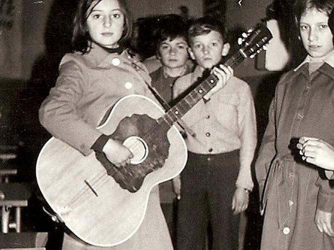 Da li ćete je prepoznati na ovim slikama? Pevačica nedavno doživela veliku porodičnu dramu!