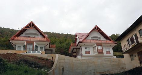 Novoizgrađene vile uz vrelo reke Bosne