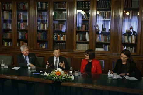 U Biblioteci Skupštine: Majkl Skot, Mihail Batišnjikov, Maja Gojković i Aja Jung