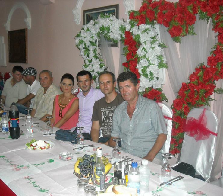 377944_osecina01-provodadzija-vojislav-palija-prvi-zdesna-na-jednom-svadbenom-veselju-kome-je-kumovao-foto-d-savic