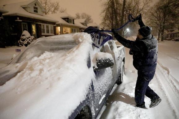 Očistite sneg ispred kuće
