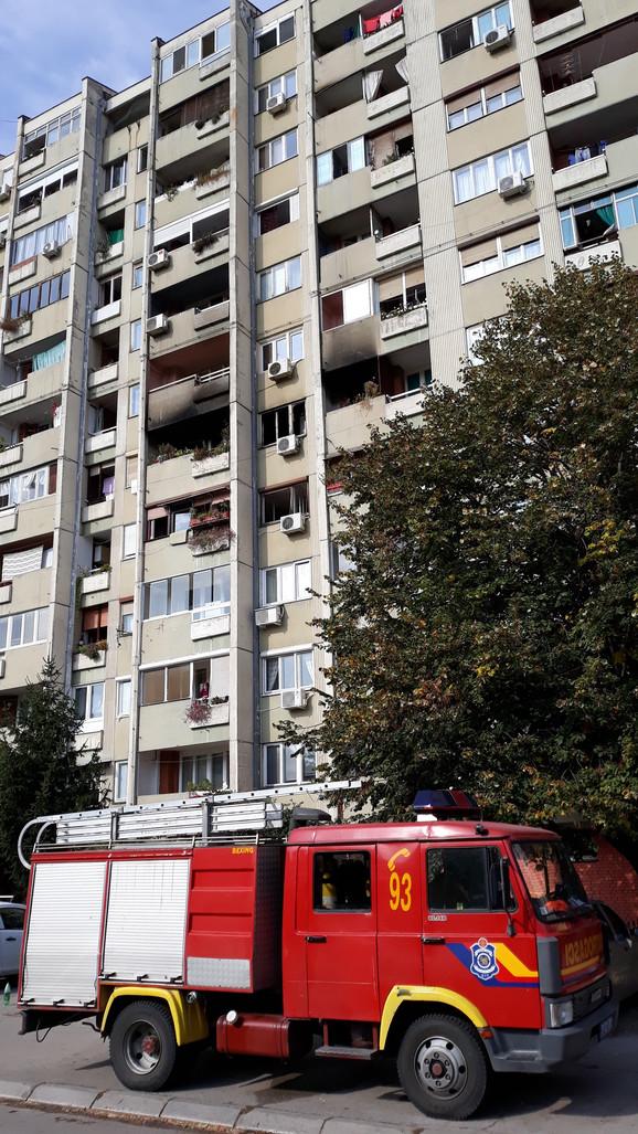 Požar u stanu na Bulevaru Nemanjića gasilo 16 vatrogasaca sa četiri vozila