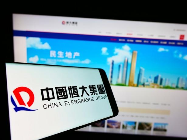 Evergrande, drugi co do wielkości chiński deweloper mieszkaniowy, zapowiedział w środę, że obsłuży w terminie przypadającą na dziś zapłatę odsetek od swoich obligacji notowanych na giełdzie w Shenzhen.