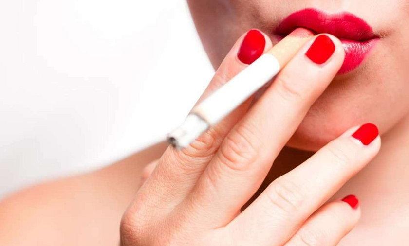 Dym z papierosów niszczy słuch. Jak to?